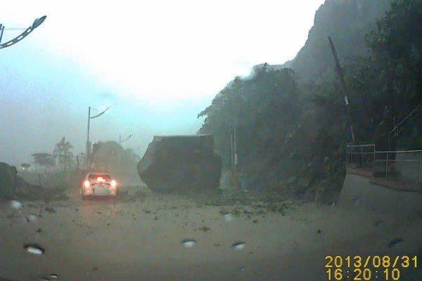Alud en Taiwán: piedra gigante casi aplasta un auto - Video