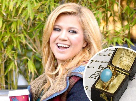 Prohíben a Kelly Clarkson sacar anillo de Inglaterra