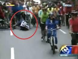 Video: Nicolás Maduro cae andando en bicicleta