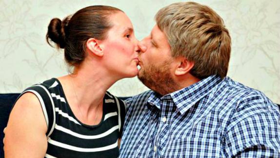 El extraño caso del hombre que no podía besar a su esposa