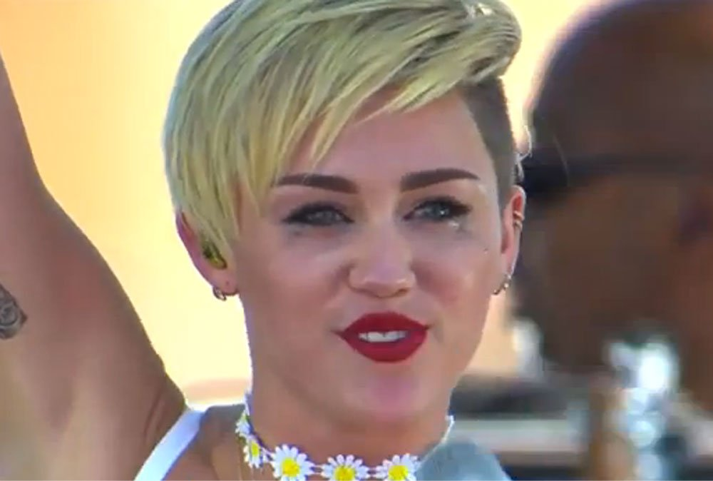 Miley Cyrus llora por Liam Hemsworth durante un show - Video
