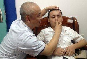 Fotos: Hombre tiene la nariz en la frente