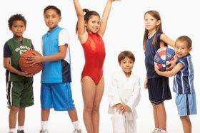 Hacer que niños hagan deportes mejora las notas escolares