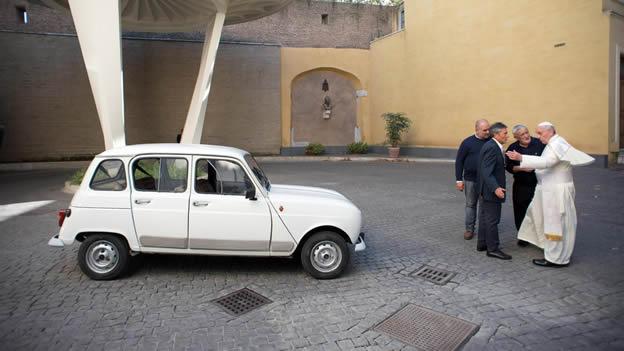 El Papa Francisco recibe un auto clásico de regalo