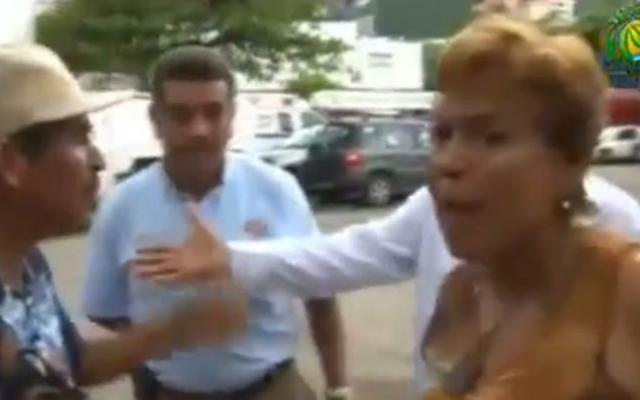 Video: mujer agrede al director de protección civil de Acapulco
