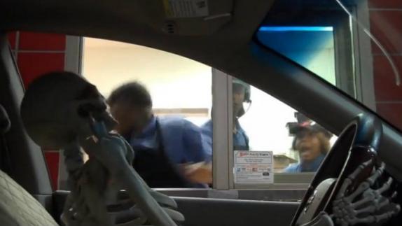 Cadáver aterroriza al comprar hamburguesa - Video
