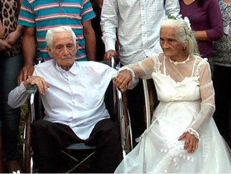 Abuelos se casan tras 80 años de convivencia