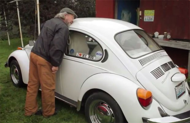 Insólito: Hombre se compromete con un 'Escarabajo'
