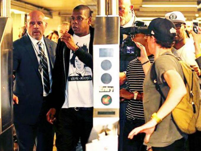 Jay Z y Chris MArtin en el metro de Londres