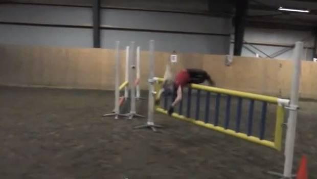 Video insólito: niña salta como un caballo