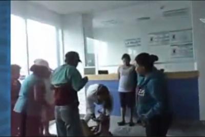 Video: mujer da a luz en el piso de hospital de Puebla