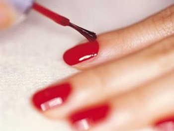 Truco para arreglar uñas recién pintadas arruinadas