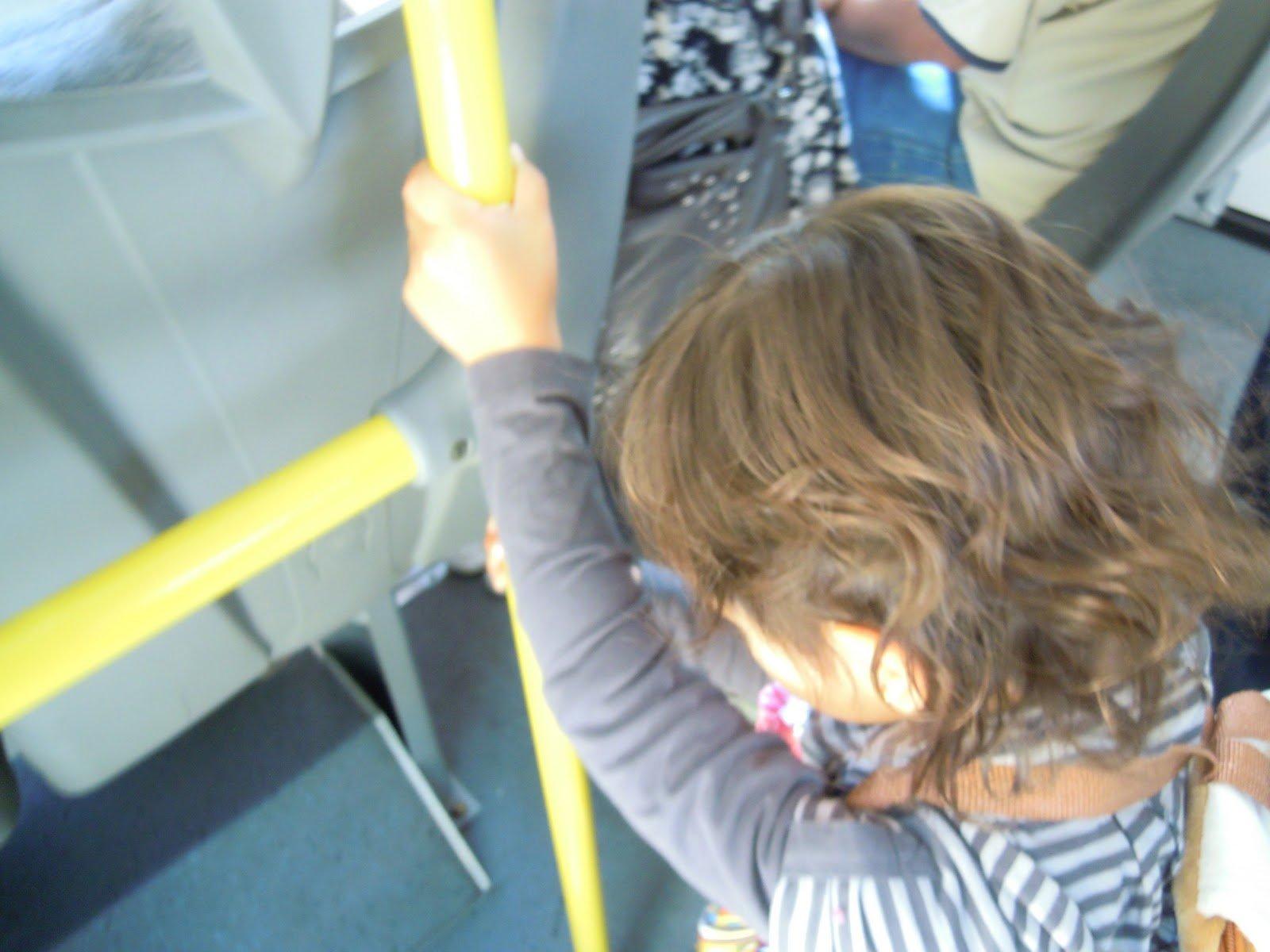 Video: la importancia de agarrarse del tubo en el Metro