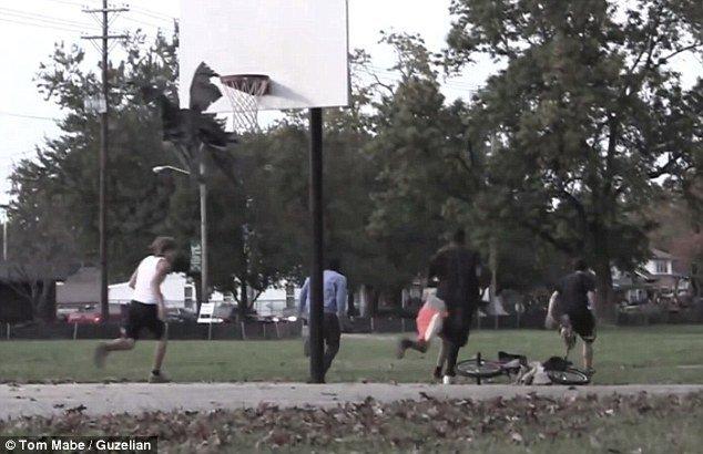 Video: espeluznante aparición aterroriza en un parque
