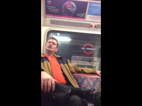 Video indignante: racista agrede a mujer en el metro