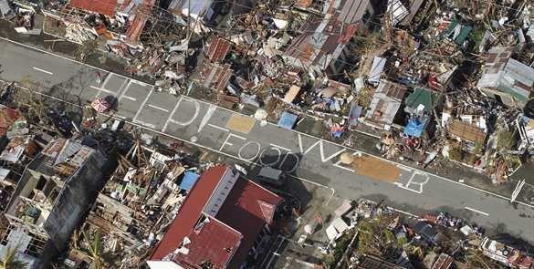 Saquean almacén de arroz en Filipinas, tras el tifón Haiyan