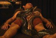 Insólito: Masaje con serpiente pitón - Video