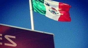 Insólito: McLaren exhibe bandera de México con marihuana - Foto