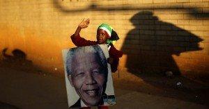 Nelson Mandela sigue enfermo y sólo se comunica por signos