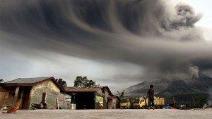 Erupción de volcanes causa pánico y alarma en Indonesia - Foto