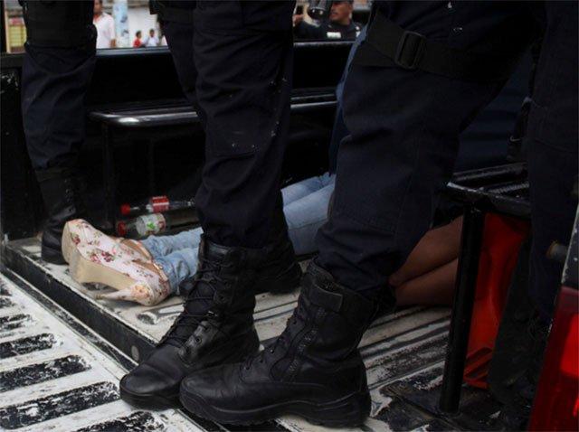 Insólito: Vende a su hija sexualmente y se queda a observar