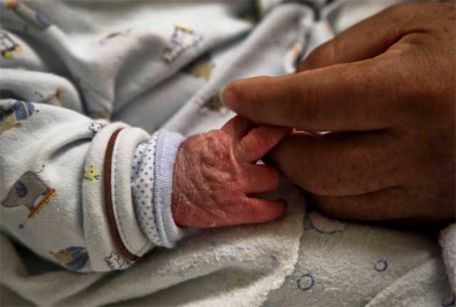 Insólito: Tiran a bebé recién nacido a contenedor de basura