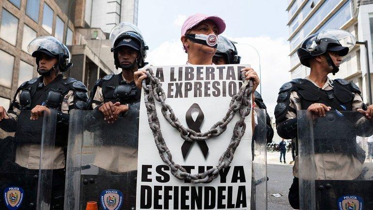 Periodistas venezolanos exigen a Maduro poder comprar papel periódico