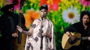 Katy Perry es criticada por cantar 'Yesterday' de The Beatles - Vídeo