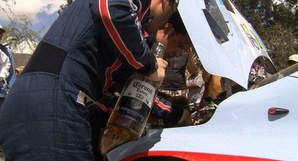 Insólito: Se le acaba la gasolina y mira lo que le pone para que ande ...