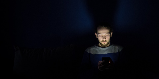 Los riesgos de dormir con el celular encendido